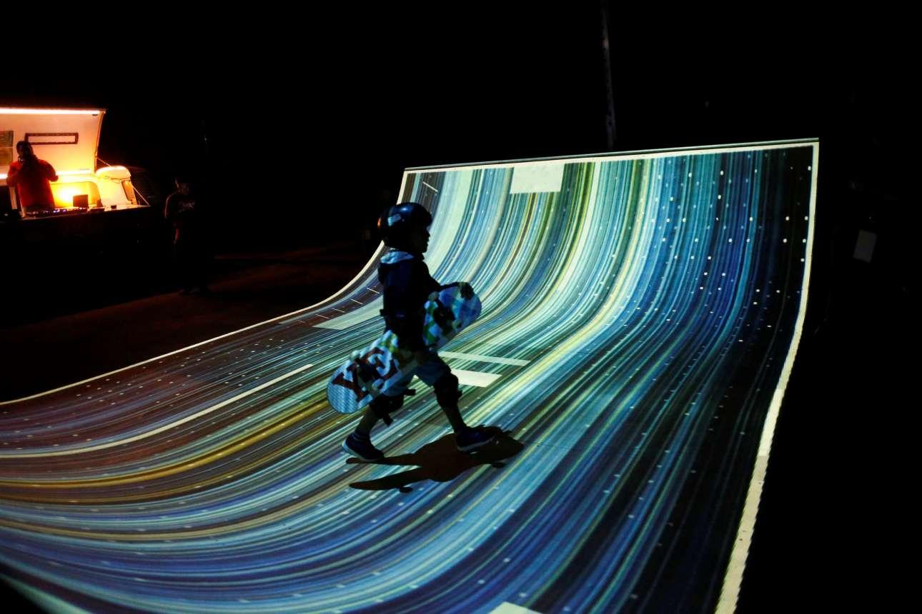 Σάββατο, 22 Σεπτεμβρίου, Πορτογαλία. Σκέιτερ διασχίζει την ειδική πλατφόρμα που στήθηκε στο πλαίσιο του «Lumina Light Festival» στο Κασκαΐς.