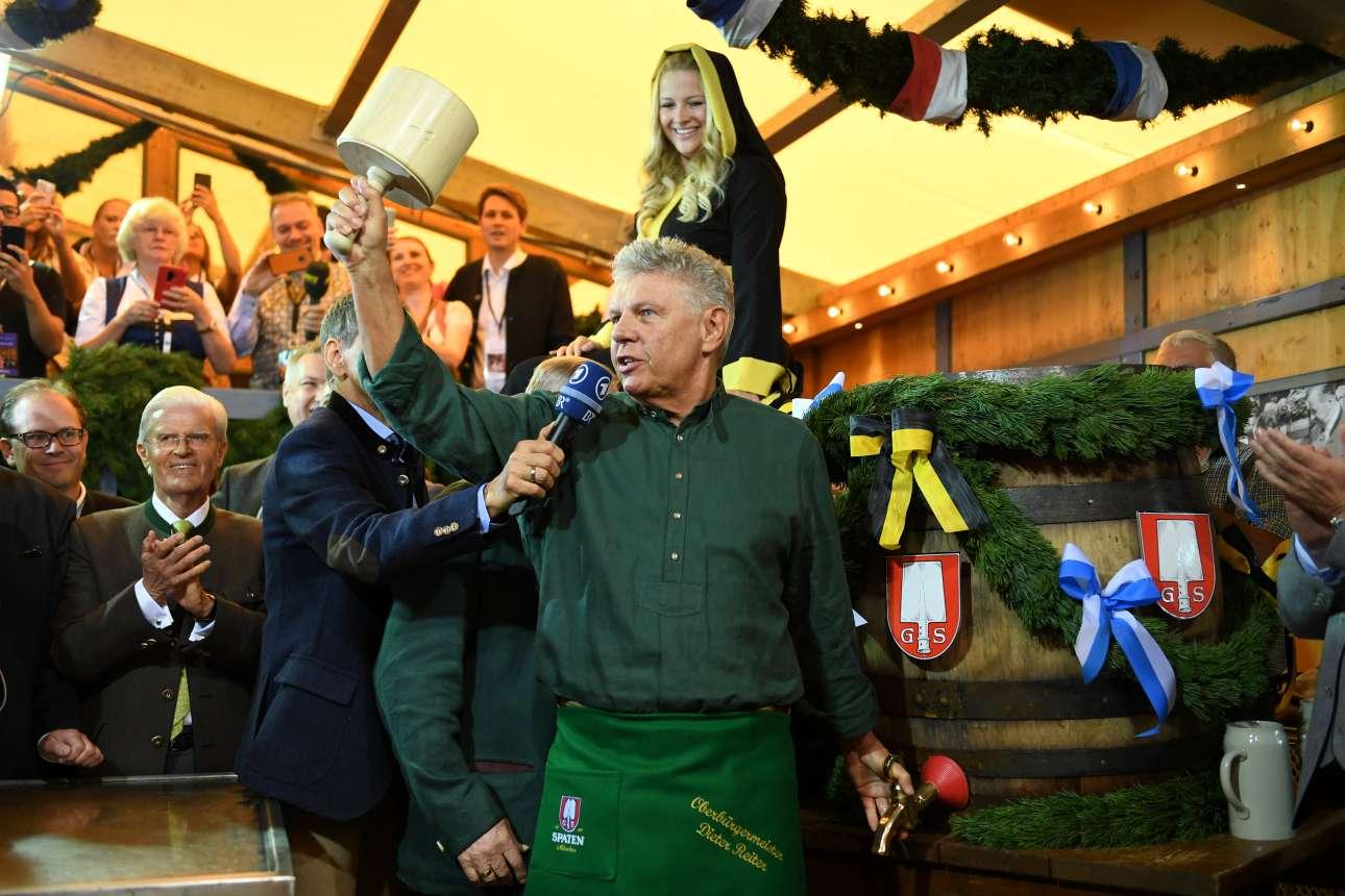 Ο δήμαρχος του Μονάχου σηματοδοτεί την έναρξη του φεστιβάλ ανοίγοντας το πρώτο βαρέλι