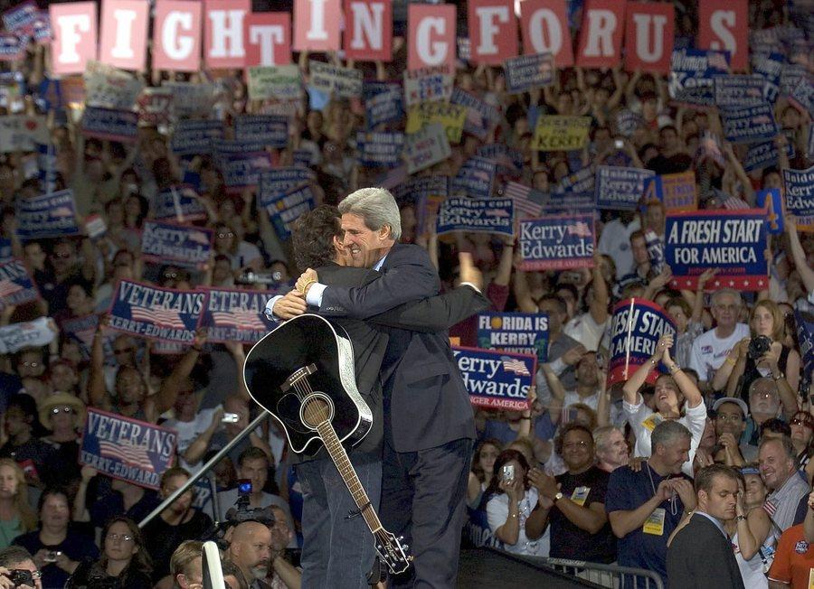 Οκτώβριος 2004. Σε προεκλογική εκδήλωση του υποψήφιου των Δημοκρατικών για την προεδρία Τζον Κέρι.