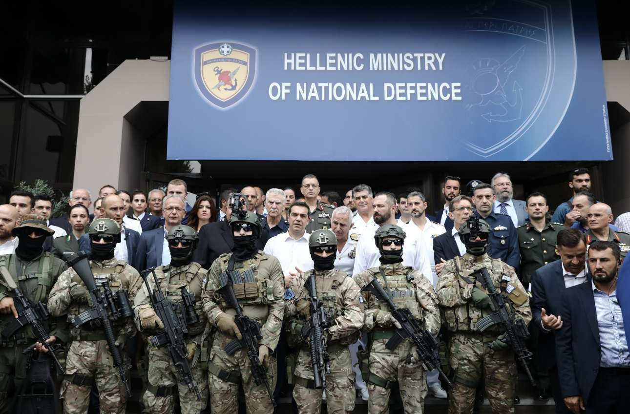Μια εντυπωσιακή εικόνα που σχολιάστηκε πολύ στα κοινωνικά δίκτυα: ο Αλέξης Τσίπρας στο περίπτερο του υπουργείου Αμυνας εν μέσω πάνοπλων κομάντο