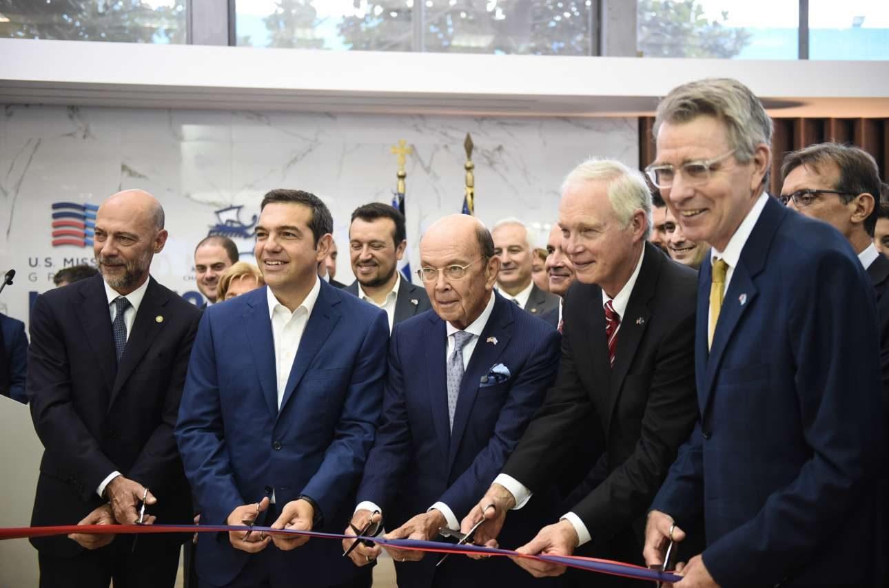 Τιμώμενη χώρα είναι φέτος οι ΗΠΑ και το κόψιμο της κορδέλας μαζί με τον υπουργό Εμπορίου Γουίλμπουρ Ρος (με τα γυαλιά) και τον πρεσβευτή Τζέφρι Πάιατ επιβεβλημένο