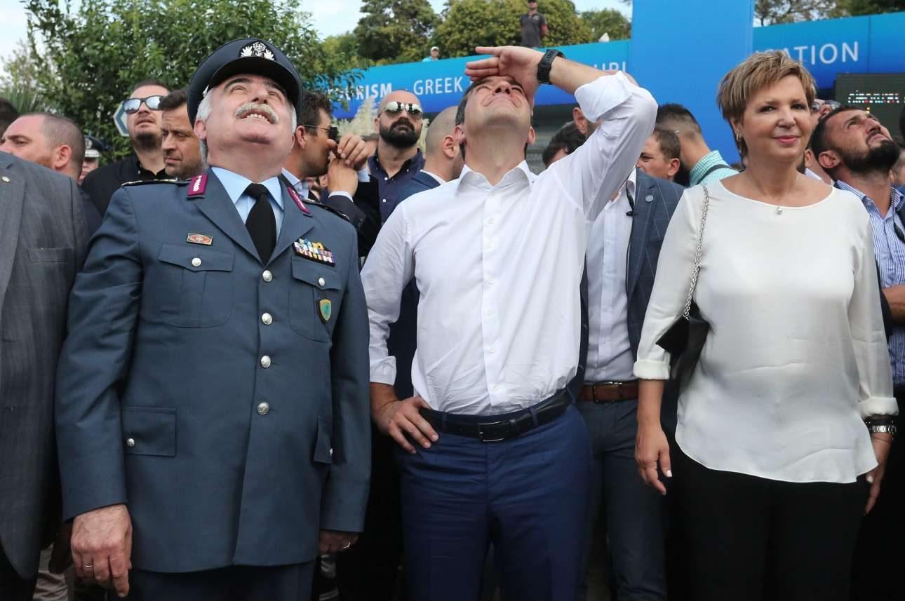 Ο Αλέξης Τσίπρας παρακολουθεί επίδειξη καταρρίχησης από άνδρες των Ειδικών Δυνάμεων, θέαμα που άφησε ασυγκίνητη την Ολγα Γεροβασίλη
