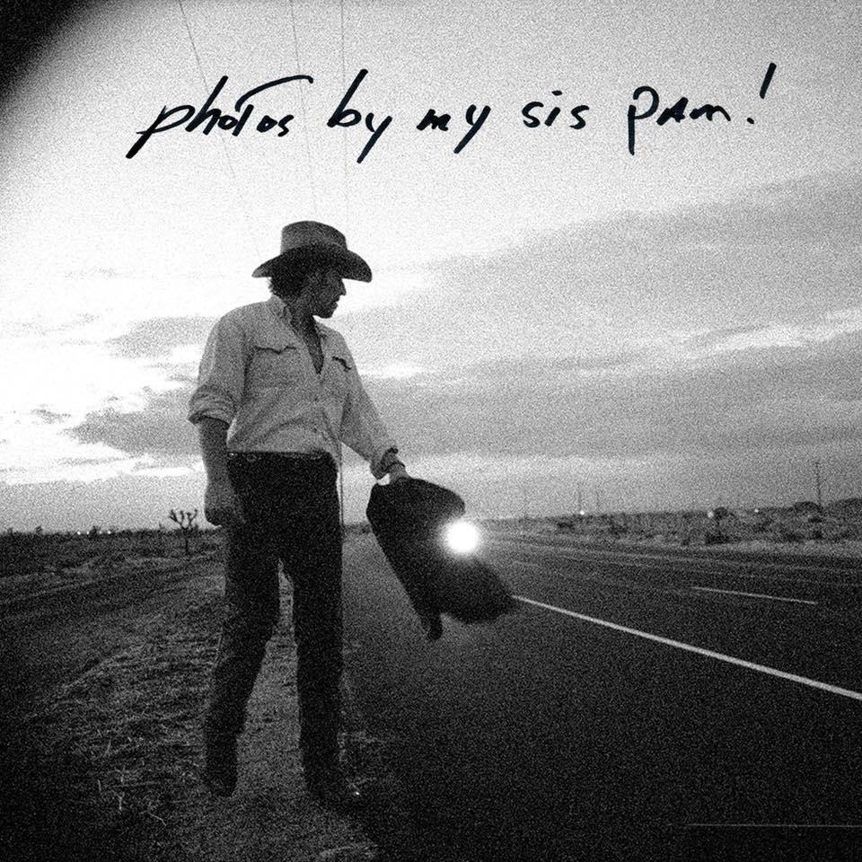 Μέσα της δεκαετίας του 1990. Η αδελφή του Παμ τον ακολουθεί σε ένα οδοιπορικό του στην Ερημο της Καλιφόρνιας
