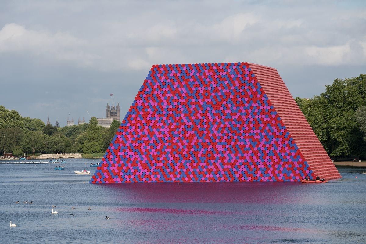 Στον περίφημο ορίζοντα του Λονδίνου προστέθηκε μία πολύ ενδιαφέρουσα κατασκευή, το «Μαστάμπα» των Κρίστο και Ζαν Κλοντ: μία εγκατάσταση φτιαγμένη από βαμμένα βαρέλια στο Χάιντ Παρκ, η οποία λάμπει στο φως του ήλιου