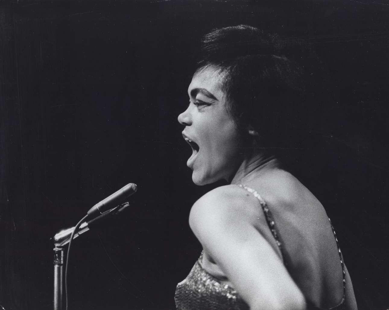 Η μοναδική τραγουδίστρια, χορεύτρια, ηθοποιός και «γατούλα» Ερθα Κιτ, το 1958