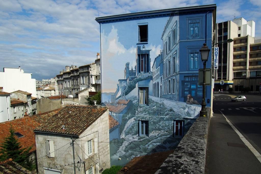 Η γαλλική πόλη Ανγκουλέμ είναι κέντρο χαρτοπαρασκευαστικής βιομηχανίας από τον 14ο αιώνα. Τα τελευταία χρόνια, δε, έχει αγκαλιάσει τα καρτούν: διοργανώνει το Διεθνές Φεστιβάλ Κόμικ και έχει αναθέσει στην Ενωση Τοιχογράφων Cité de Création να ζωγραφίσει τοίχους της πόλης αλλάζοντας το αστικό τοπίο με πρωτότυπο τρόπο