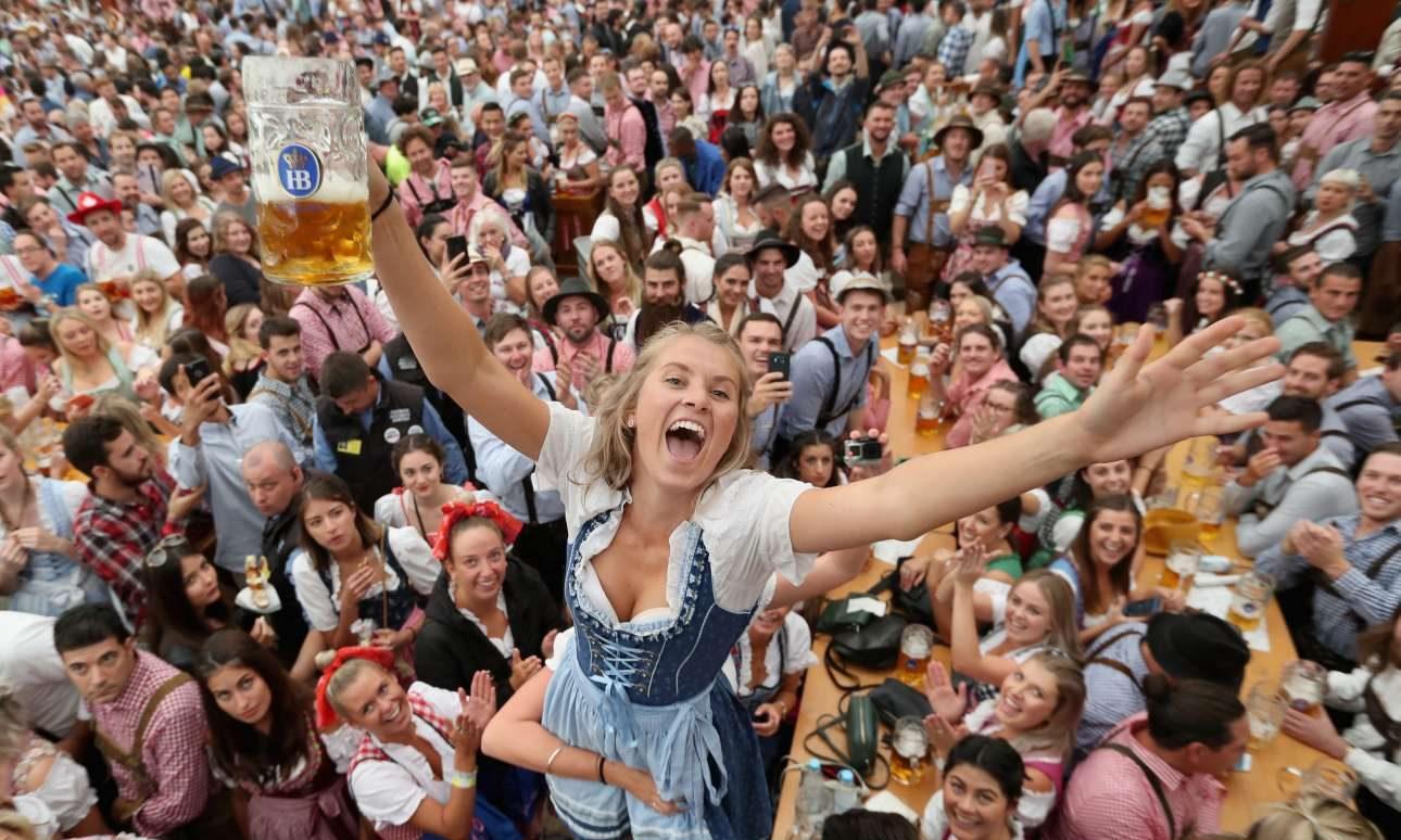 Περισσότερα από έξι εκατομμύρια άτομα επισκέπτονται το φεστιβάλ. Μπορεί να στριμώχνονται αλλά φαίνεται να το απολαμβάνουν