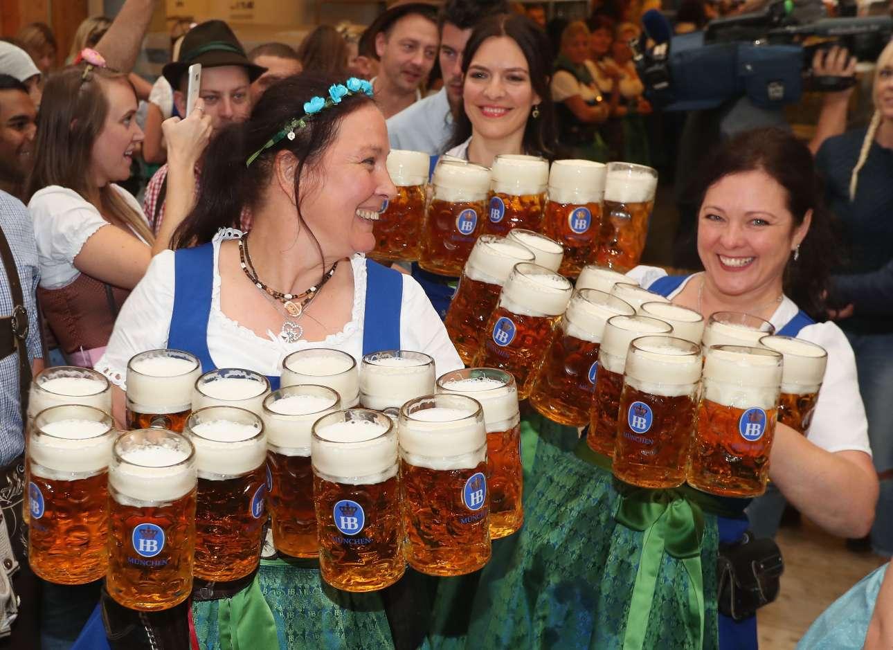 Σερβιτόρες σε ρόλο ακροβάτη, κουβαλώντας δώδεκα ποτήρια του ενός λίτρου μπίρα η καθεμία