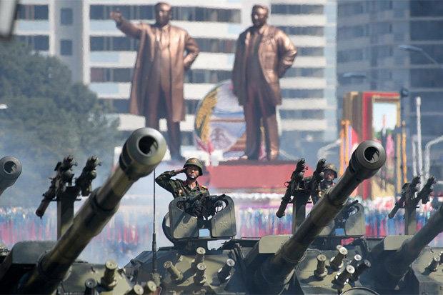 Στους δρόμους της Πιονγιάνγκ τα τανκς με φόντο τους ηγέτες της δυναστείας των Κιμ