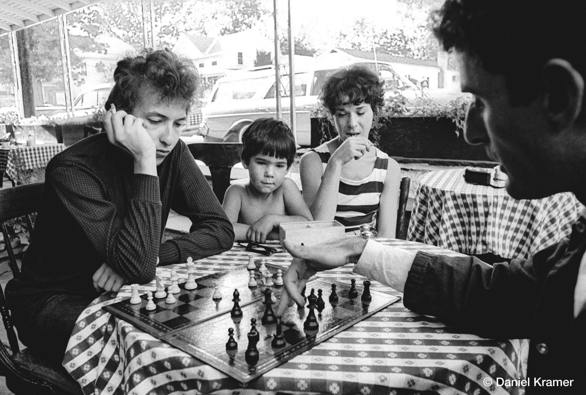 Μία παρτίδα σκάκι με τον μάνατζερ της περιοδείας του Βίκτορ Μέιμουντς, στο αγαπημένο στέκι του Γούντστοκ, το καφέ Bernard's . Εκείνη τη μέρα προέκυψε και το εμβληματικό πορτρέτο του Ντίλαν μπροστά από το σκάκι