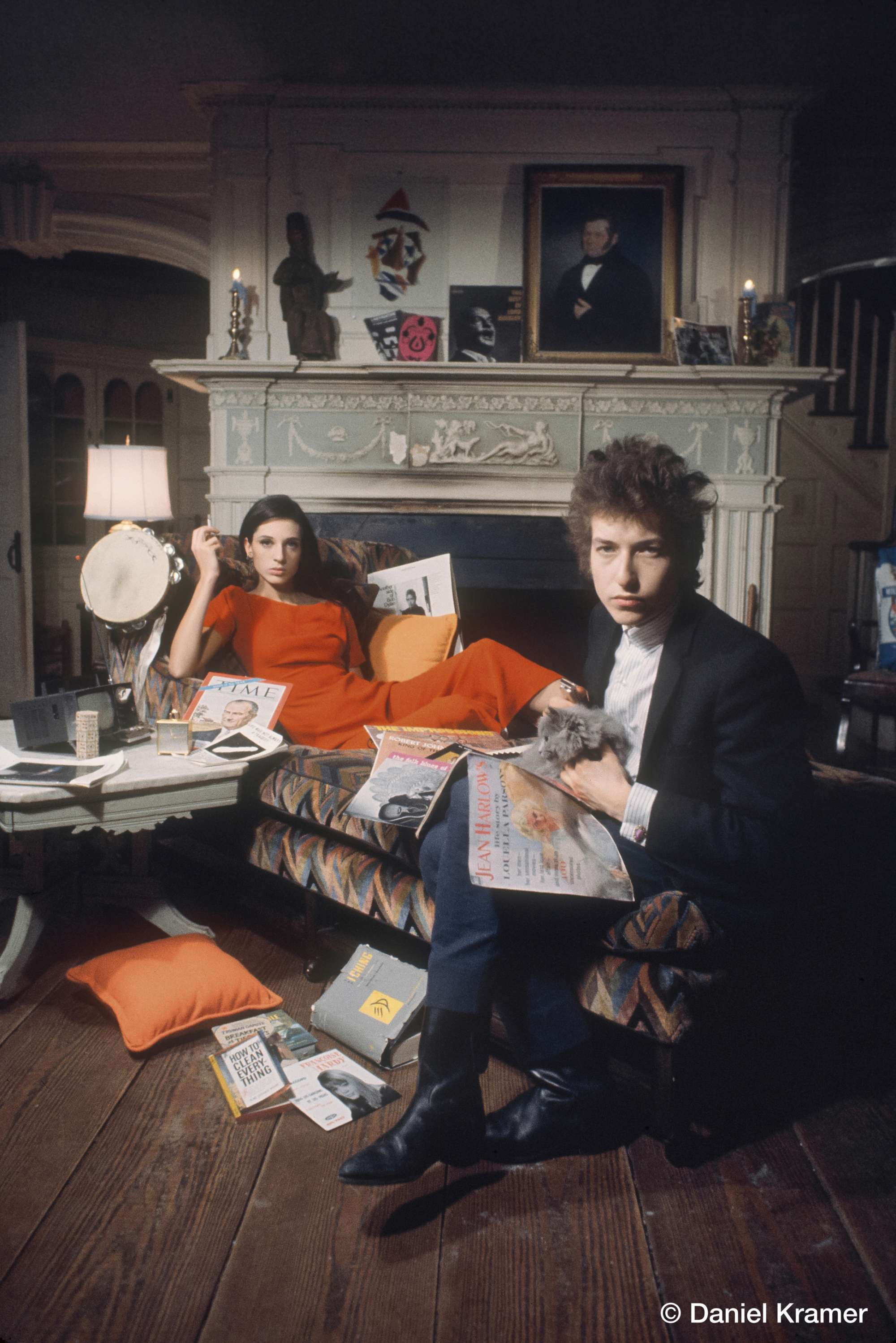 Ο Μπομπ Ντίλαν ποζάρει με την Σάλι Γκρόσμαν για το εξώφυλλο του άλμπουμ «Bringing It All Back Home», Ιανουάριο του 1965. Εικόνες από τα «παρασκήνια» -κατά τη διάρκεια των φωτογραφίσεων για τα εξώφυλλα των άλμπουμ που τράβηξε ο Κρέιμερ- βλέπουν για πρώτη φορά το φως της δημοσιότητας