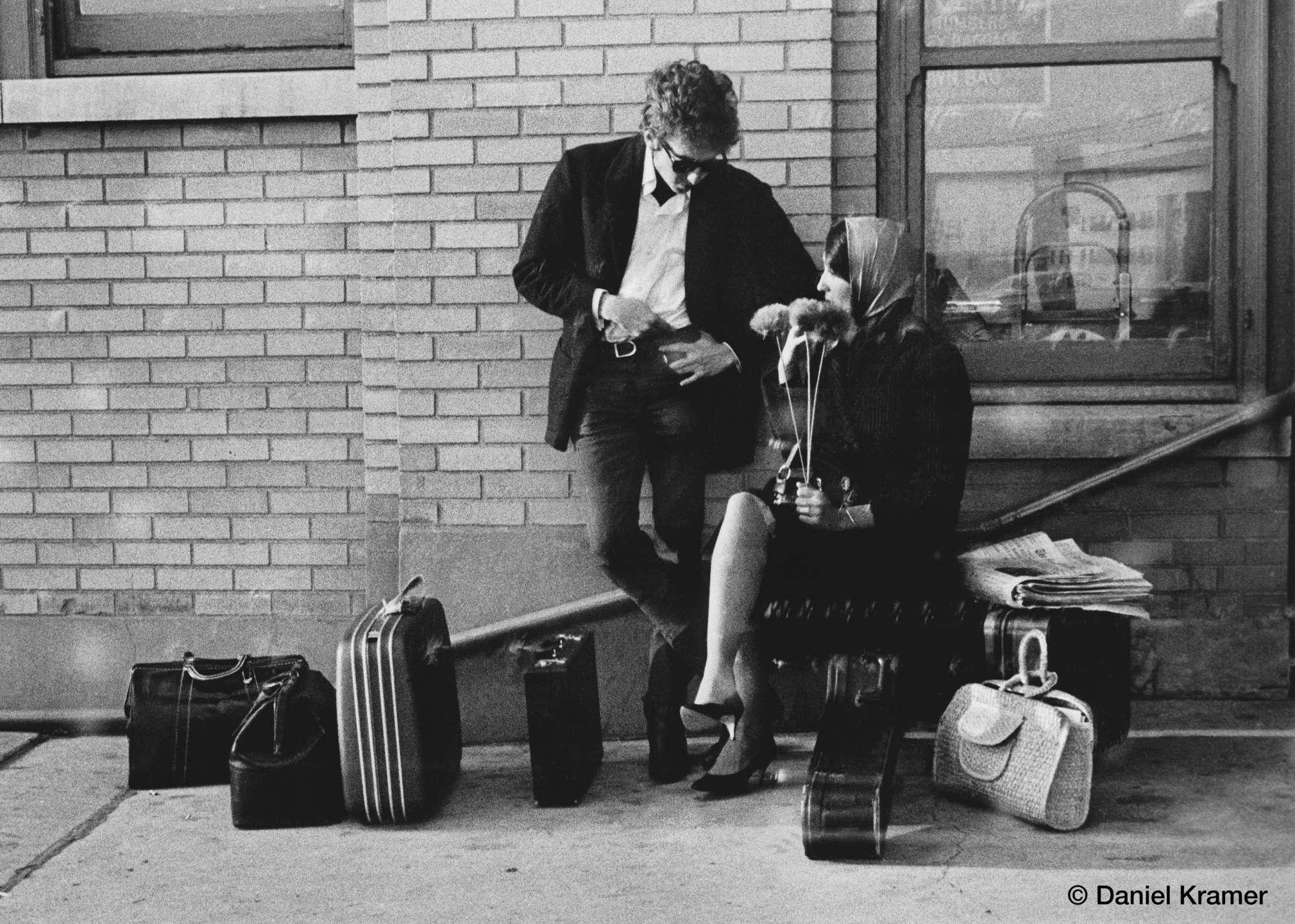 Στο δρόμο προς Μπάφαλο από Νέα Υόρκη μαζί με την Τζόαν Μπαέζ, τον Νοέμβριο του 1964. Ο Κρέιμερ είχε την ευκαιρία να τους απαθανατίζει πολύ συχνά μαζί, από τις κοινές τους εμφανίσεις μέχρι τις πιο χαλαρές, προσωπικές τους στιγμές, καθώς η Μπαέζ υπήρξε σημαντικός συνεργάτης του Ντίλαν, από το ξεκίνημα της καριέρας του