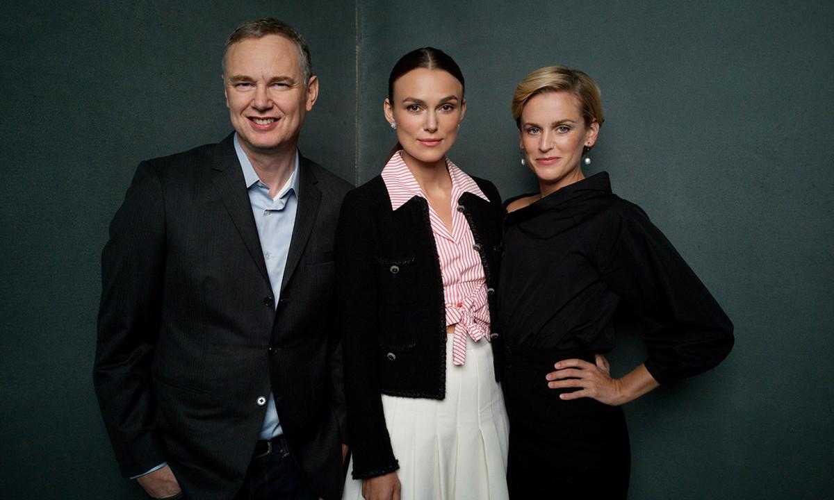 Η τριάδα της «Colette»: Ο σκηνοθέτης Γουάς Γουέστμορλαντ, η Κίρα Νάιτλι και η Ντενίζ Γκαφ