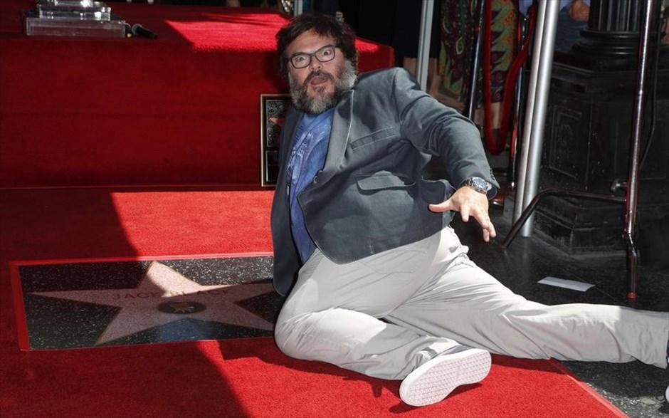 Τετάρτη, 19 Σεπτεμβρίου, ΗΠΑ. O πάντα ενθουσιώδης ηθοποιός Τζακ Μπλακ ξαπλώνει κάτω με το δικό του αστέρι στη Λεωφόρο της Δόξας στο Χόλιγουντ