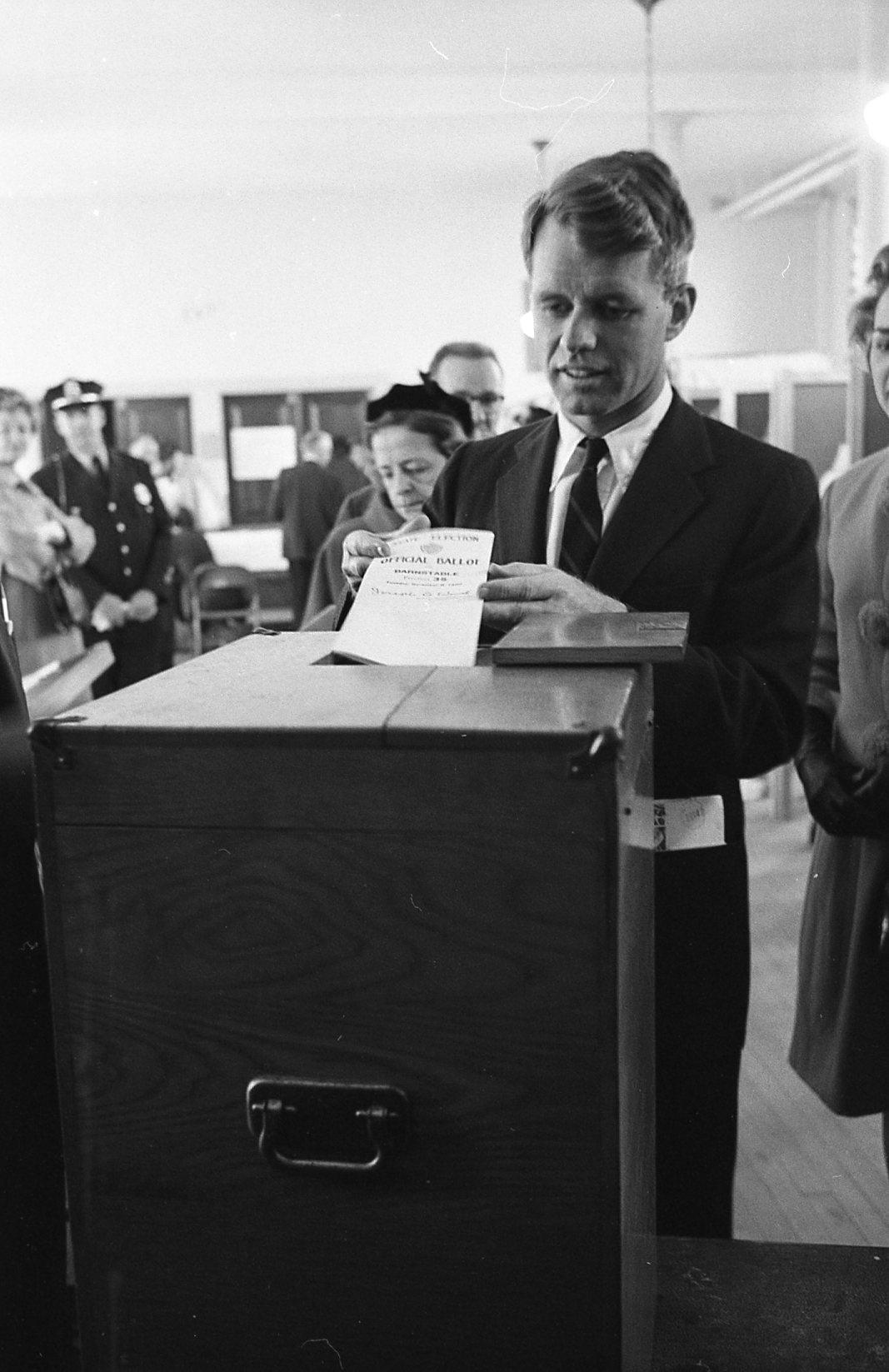 Ο Ρόμπερτ Κένεντι στις κάλπες για την εκλογή προέδρου των ΗΠΑ, το 1960
