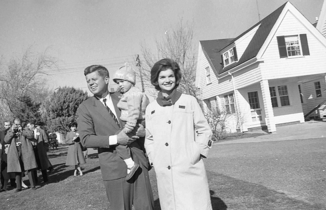Ο Τζον Κένεντι με τον γιο του αγκαλιά και τη σύζυγο του Τζάκι στο πλάι, το 1960