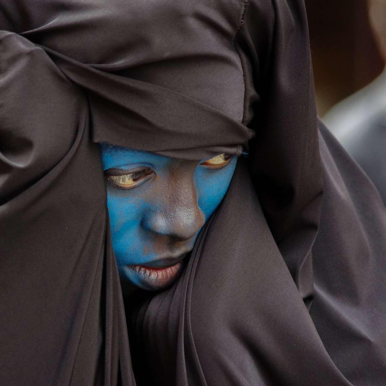 Βραβείο στην κατηγορία Ταξίδι. Κοντινό σε γυναίκα που συμμετέχει στο Zinneke Parade στις Βρυξέλλες, μία παρέλαση που έχει ως στόχο να φέρει κοντά ανθρώπους από διαφορετικές κουλτούρες