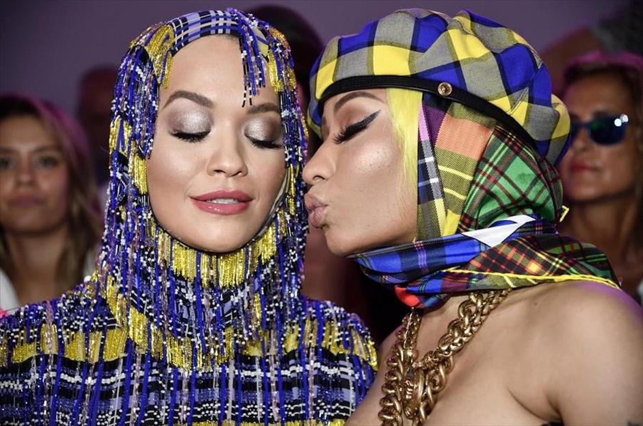 Σάββατο, 22 Σεπτεμβρίου, Ιταλία.  Η τραγουδίστρια Ρίτα Όρα και η ράπερ Νίκι Μινάζ ποζάρουν για τους φωτογράφους, λίγο πριν την παρουσίαση της συλλογής του Versace στην Εβδομάδα Μόδας στο Μιλάνο