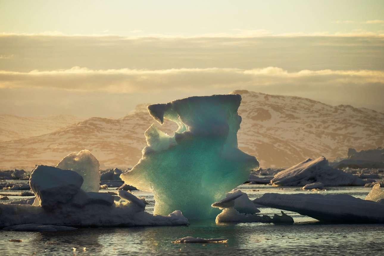 Παγόβουνο επιπλέει σε φιορδ κοντά στο Τασιλάκ, τον περασμένο Ιούνιο