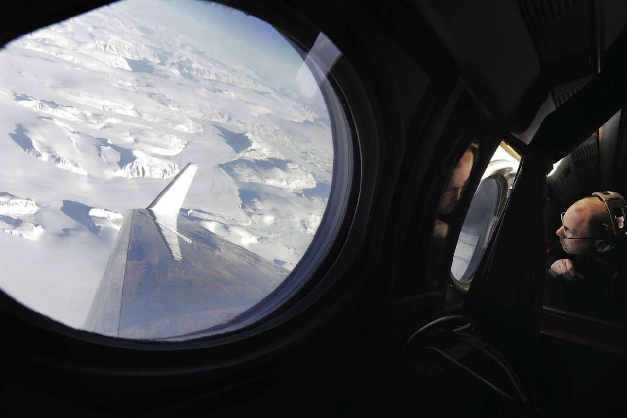 Ο διεθυντής του προγράμματος Earth Science Flight Ερικ Λάνσον παρατηρεί την κατάσταση των παγετώνων μέσα από το ειδικό αεροσκάφος της ΝΑSA, το οποίο μετράει τη μείωση στο φύλλο πάγου ως μέρος της αποστολής  Oceans Melting Greenland (OMG) (Ωκεανοί που λιώνουν στη Γροιλανδία)