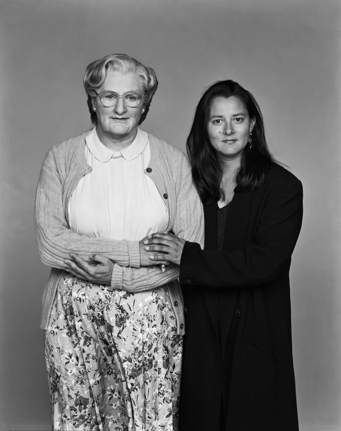 Ως Κυρία Ντάπφαϊρ -ένας ξεκαρδιστικός ρόλος που έγραψε ιστορία- δίπλα στη σύζυγο του Μάρσα, το 1993