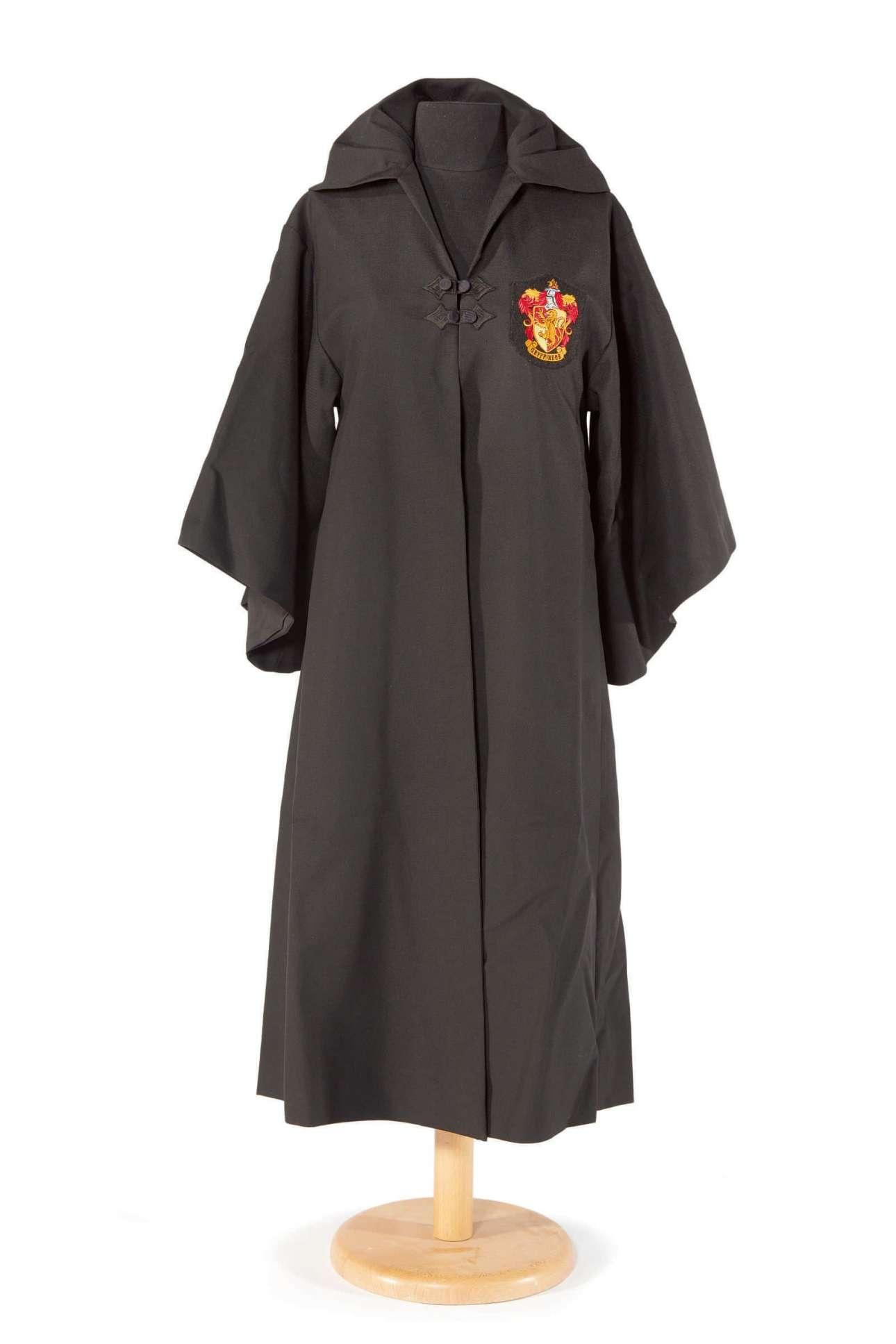 Ρόμπα της Σχολής Χόγκουαρτς με το οικόσημο του Γκρίφιντορ που φορούσε ο Χάρι Πότερ στην ταινία «Ο Χάρι Πότερ και η Φιλοσοφική Λίθος». Ο Ουίλιαμς ήθελε να παίξει τον Χάνγκριντ αλλά σκόνταψε στο βέτο της συγγραφέως Τζ. Κ. Ρόουλινγκ η οποία προτιμούσε να συμμετέχουν μόνο βρετανοί ηθοποιοί.