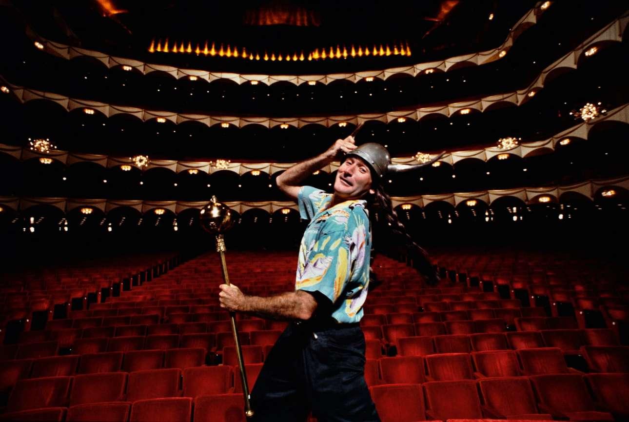 Ο φωτογράφος Αρθουρ Γκρέις δούλεψε στενά με τον Ρόμπιν Γουίλιαμς γα χρόνια: εδώ τον φωτογραφίζει στην Μητροπολιτική Οπερα της Νέας Υόρκης για την προωθητική καμπάνια για το  σταντ-απ σόου του κωμικού