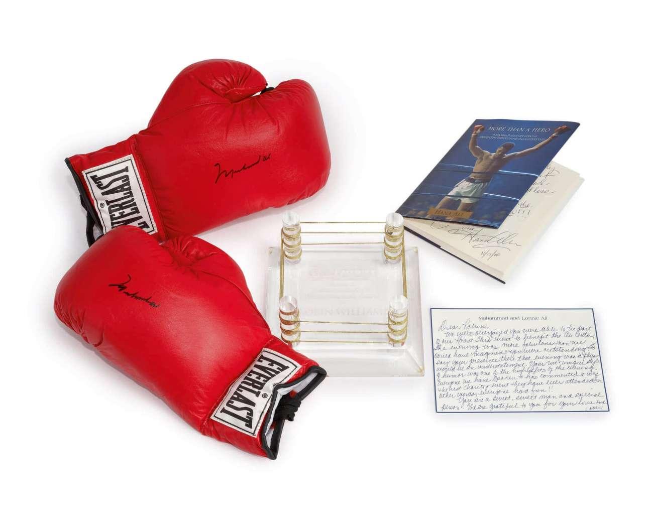 Ζευγάρι γαντιών πυγμαχίας υπογεγραμμένα από τον Μοχάμεντ Αλι. Το 2006, στην εκδήλωση Celebrity Fight Night, απονεμήθηκε στον Γουίλιαμς το Ανθρωπιστικό Βραβείο Μοχάμεντ Αλι, όπου πυγμάχησε με τον πρωταθλητή και έλαβε τα εικονιζόμενα γάντια