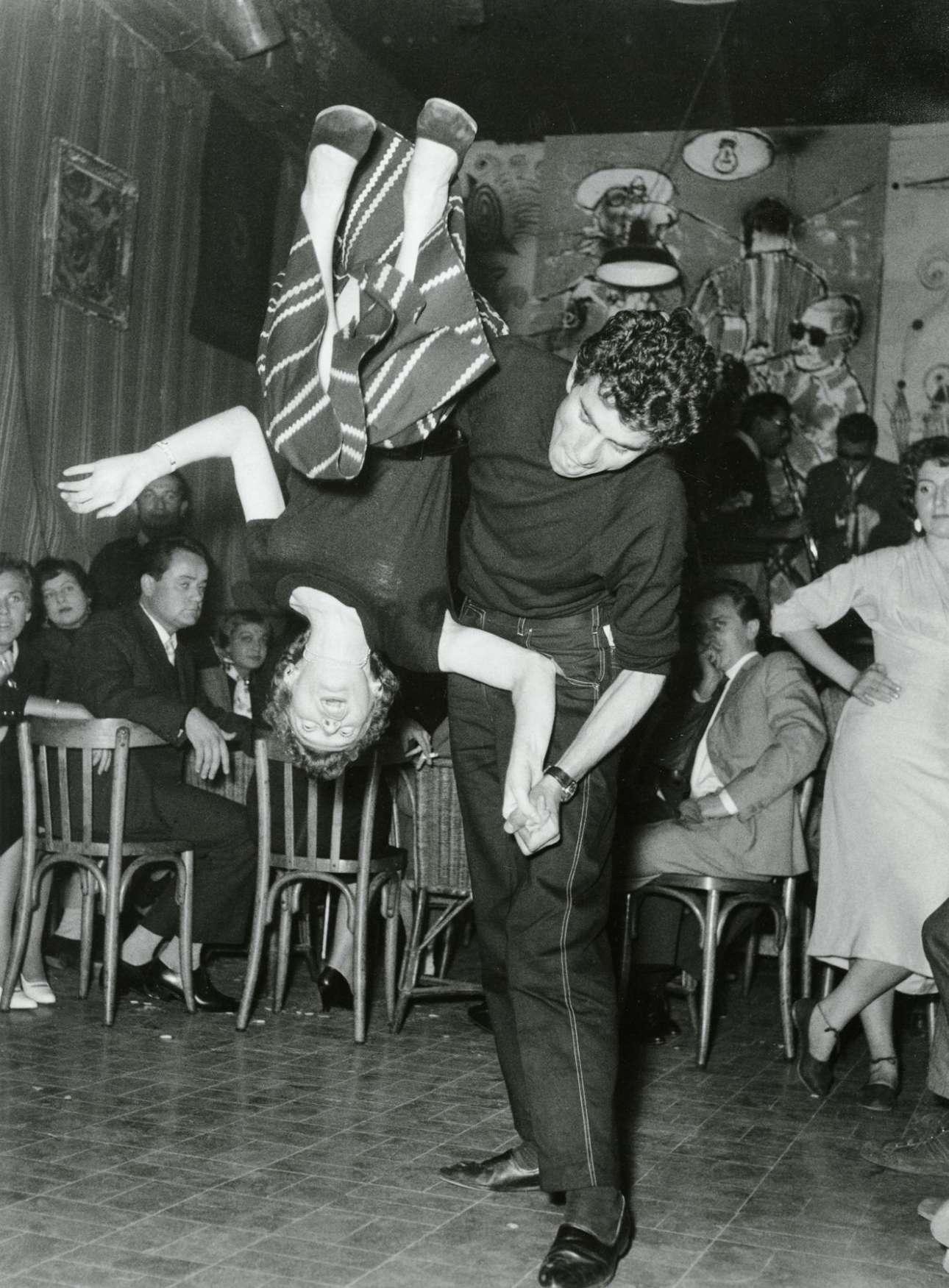 Μιλάνο 1954: στο θρυλικό μπαρ «Santa Tecla», δύο νέοι χορεύουν αμερικανόφερτη μπίμποπ (είδος της jazz που βρισκόταν στην άνθησή του τα χρόνια εκείνα), προκαλώντας τον θαυμασμό αλλά και την αμηχανία άλλων θαμώνων. Ενδιαφέρον έχει η ξύλινη καρέκλα
