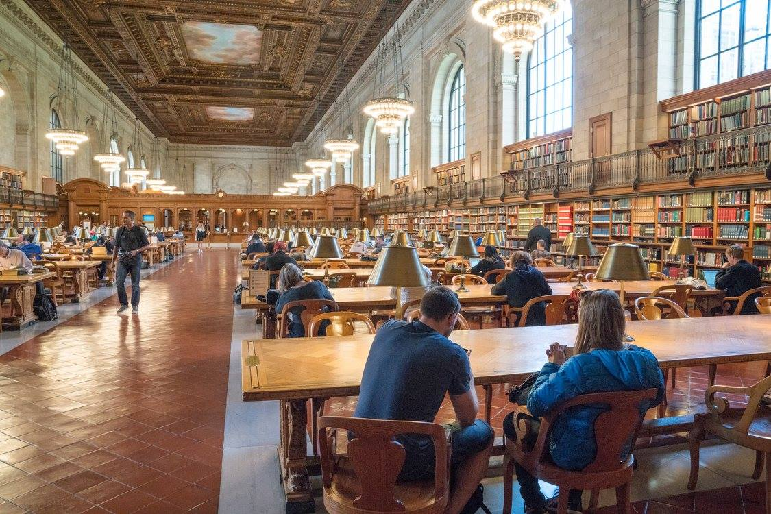 Το κεντρικό αναγνωστήριο της επιβλητικής δημόσιας βιβλιοθήκης της Νέας Υόρκης