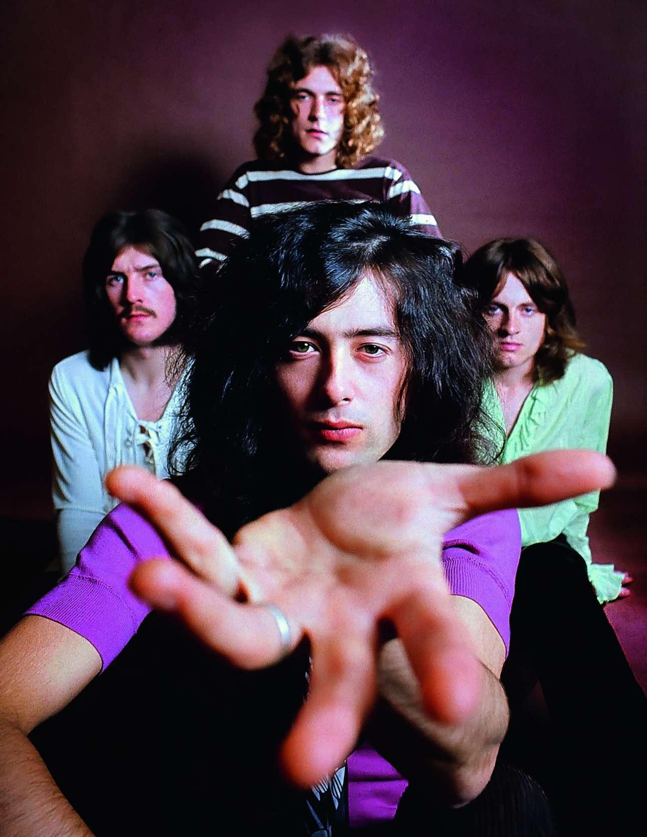 Οι Led Zeppelin ποζάρουν στον φακό του Ρον Ραφαέλι στο Λος Αντζελες, για το τουρ στις ΗΠΑ το 1969.  «Ενας υπέροχος φωτογράφος. Μου άρεσε πολύ, πάρα πολύ. Θέλεις να μοιάζεις τόσο δυνατός και παθιασμένος όσο η μουσική που παίζεις» λέει ο Τζίμι Πέιτζ