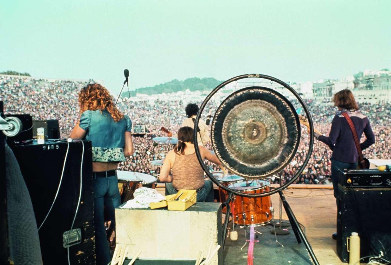 2 Ιουνίου του 1973. Οι  Led Zeppelin παίζουν στο κατάμεστο στάδιο Κέζερ της Καλιφόρνιας