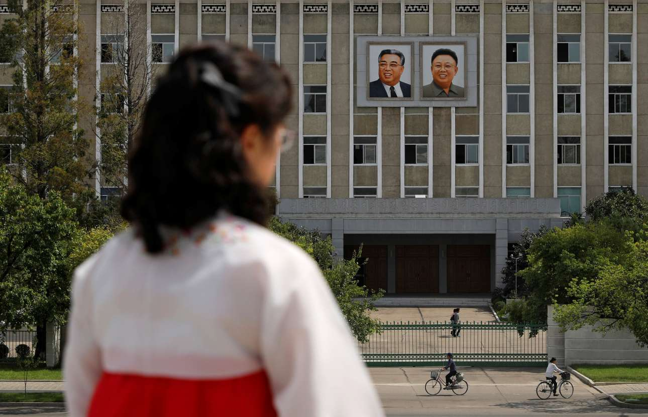 Πορτρέτα των δύο Κιμ -του ιδρυτή της Βορείου Κορέας Κιμ Ιλ Σουνγκ και του διαδόχου του  Κιμ Γιονγκ Ιλ, πατέρα του σημερινού δικτάτορα Κιμ Γιονγκ Ουν- κοσμούν την πρόσοψη κυβερνητικού κτιρίου