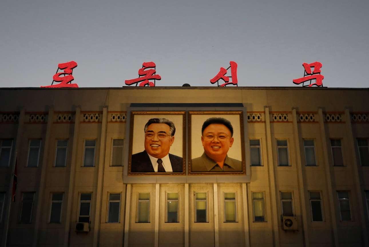 Ενα ακόμα κυβερνητικό κτίριο... δύο ακόμα πορτρέτα ου Κιμ Ιλ Σουνγκ και του Κιμ Γιονγκ Ιλ
