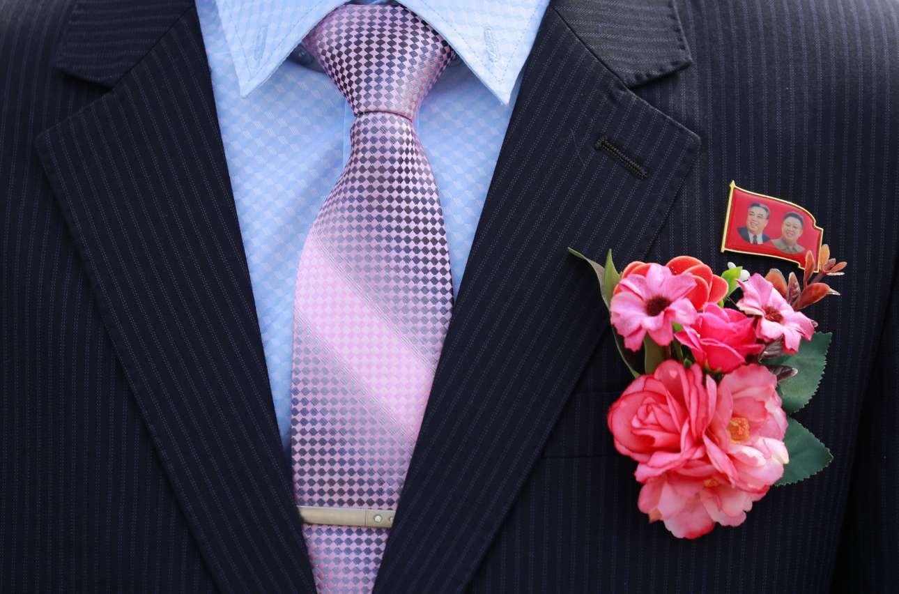 Οπου γάμος και χαρά, οι δύο Κιμ πρώτοι... Γαμπρός φοράει κονκάρδα με τα πρόσωπα των Κιμ Ιλ Σουνγκ και Κιμ Γιονγκ Ιλ