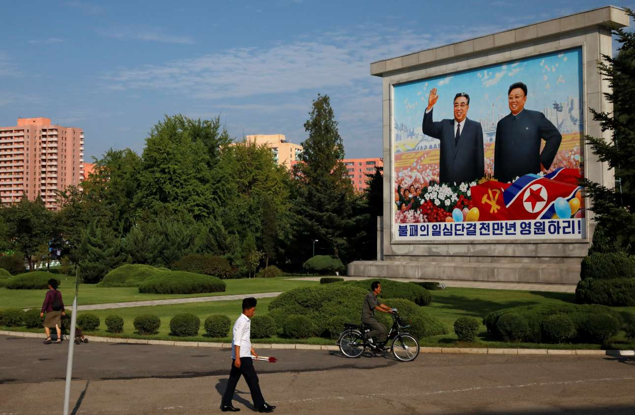 Ενας τεράστιος πίνακας με τους Κιμ Ιλ Σουνγκ (1912-1994) και Κιμ Γιονγκ Ιλ (1941-2011) σε πάρκο της Πιονγιάνγκ «χαιρετά» του περαστικούς