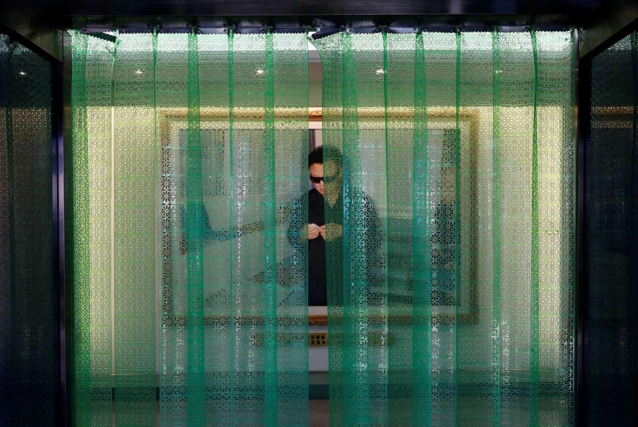 Φωτογραφία του Κιμ Γιονγκ Ιλ (1941-2011) «καλωσορίζει» επισκέπτες και εργαζόμενους σε εργοστάσιο καλλυντικών της Πιονγιάνγκ