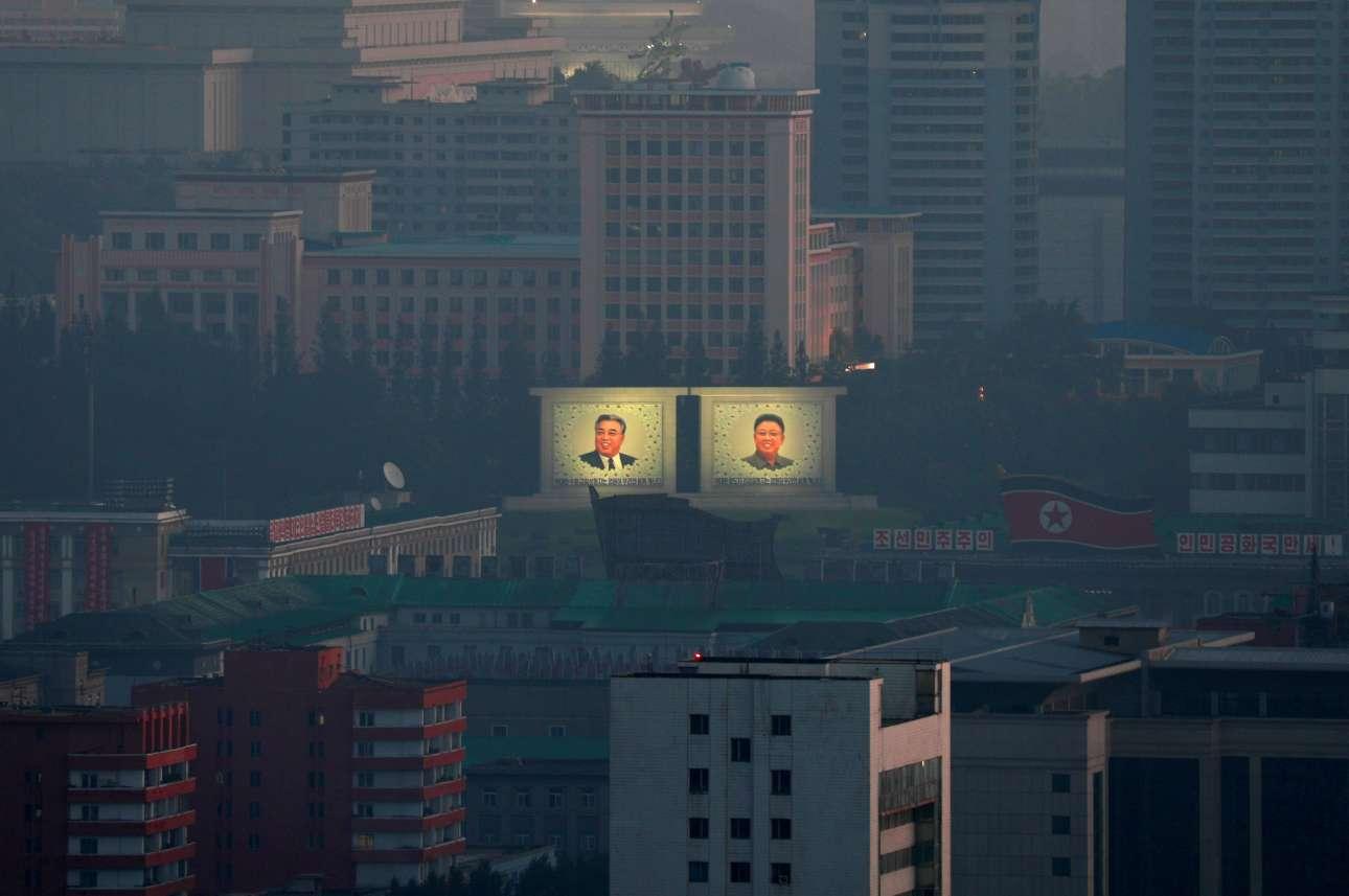 Ο ήλιος ανατέλλει πάνω από τα φωτισμένα πρόσωπα των δύο αποθανόντων αρχηγών στην Πιονγιάνγκ