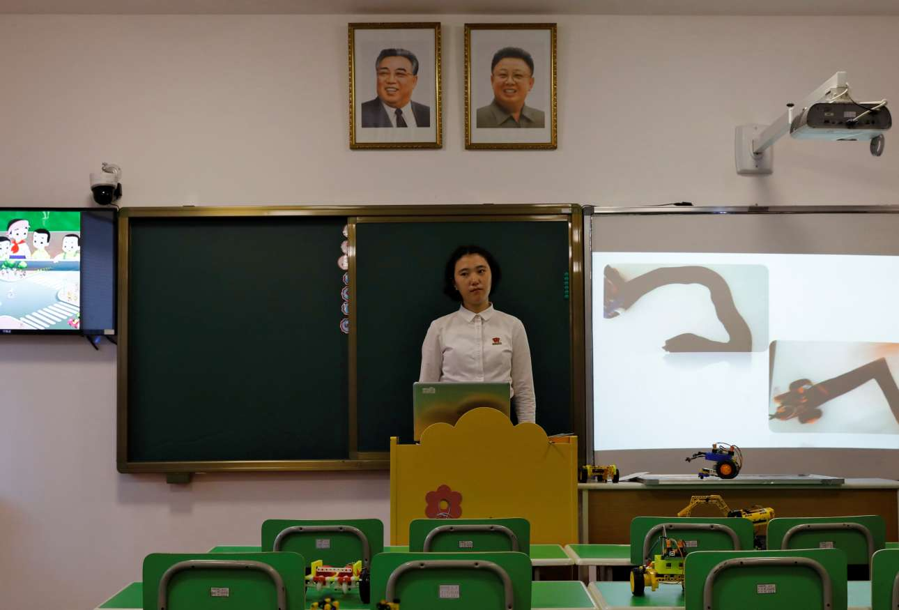 Μαθήτρια βγάζει λόγο υπό το βλέμμα των δύο ηγετών σε κολλέγιο εκπαίδευσης δασκάλων, κατά τη διάρκεια επίσκεψης ξένων δημοσιογράφων συντονισμένη από την κυβέρνηση