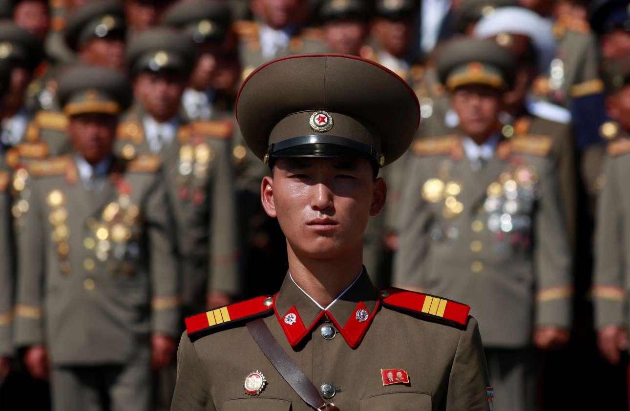 Πρώτοι στους γάμους, αλλά φυσικά και στις παρελάσεις: στρατιώτης φοράει την ίδια κονκάρδα στη στρατιωτική παρέλαση για την επέτειο 70 χρόνων από την ίδρυση της Βόρειας Κορέας