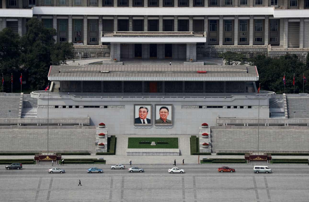 Τα δύο πορτρέτα των ιστορικών αρχηγών της Βορείου Κορέας δεσπόζουν και στην πλατεία Κιμ Ιλ Σουνγκ στην πρωτεύουσα της χώρας. Ο Κιμ Ιλ Σουνγκ ηγεμόνευσε από το 1948 ως το 1994 για να τον διαδεχθεί στην εξουσία, από το 1994 έως το 2011, ο Κιμ Γιονγκ Ιλ