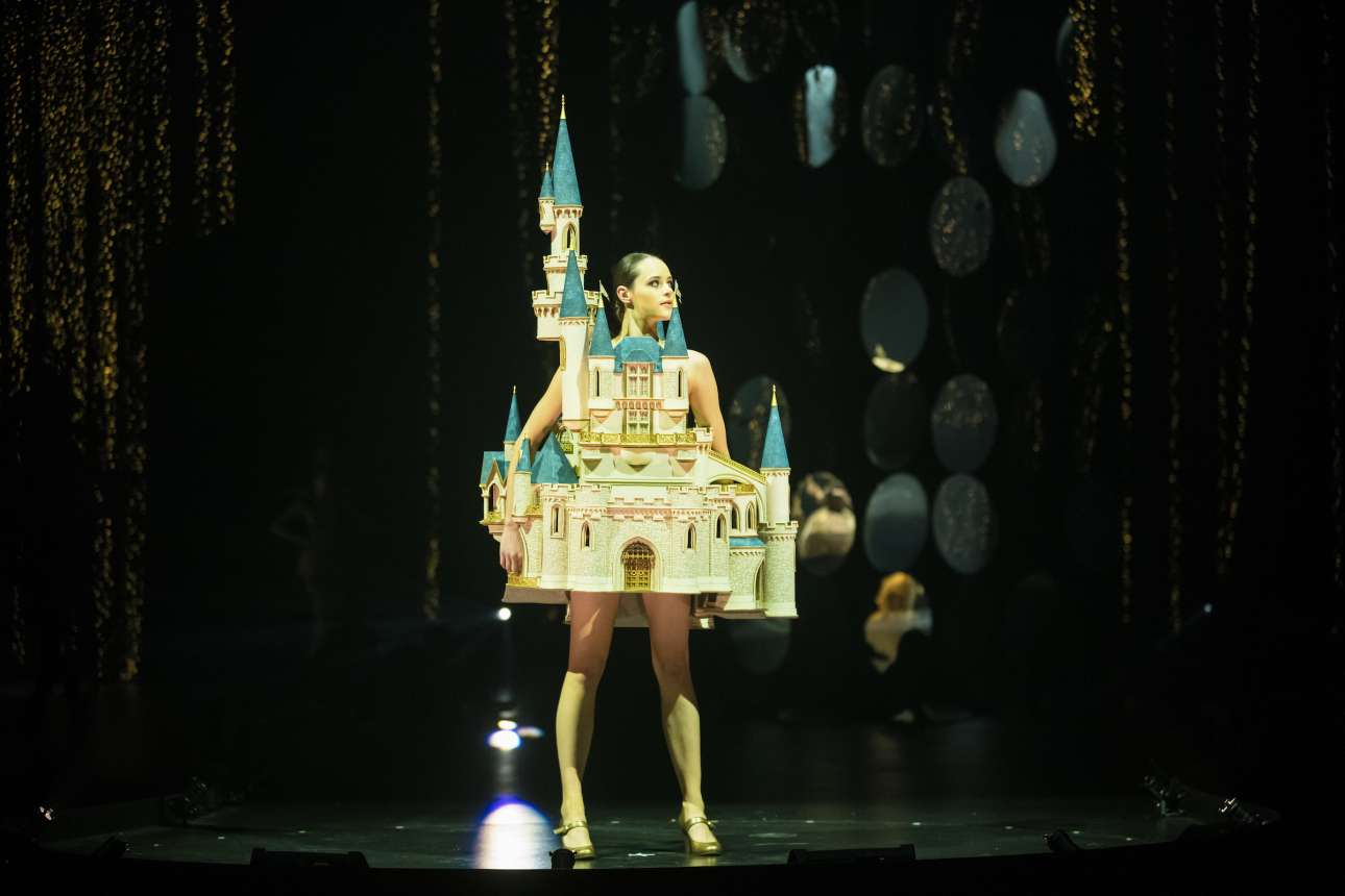 Η αμερικανίδα Λιν Κρίστιανσεν πραγματοποιεί το παιδικό της όνειρο και φτιάχνει ένα φόρεμα-κάστρο για πριγκίπισσες