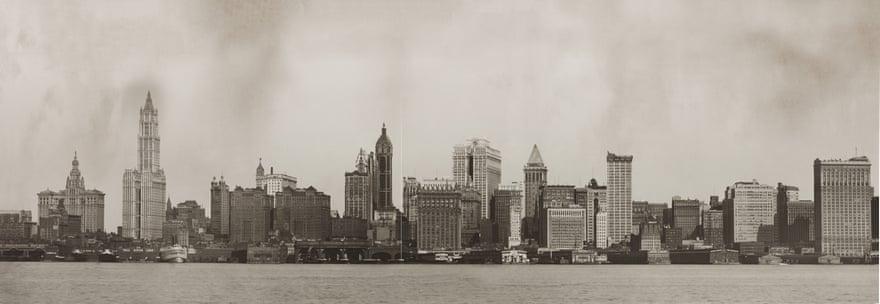 1921: Νέα ρεκόρ, πρώτα από τον «πύργο» της ασφαλιστικής εταιρείας Metropolitan Life (Metropolitan Life Insurance Company Tower) που το 1909 έφθασε «στα ουράνια» ( 213,60 μέτρα) και κατόπιν από το οικοδόμημα Woolworth Building (εικονίζεται αριστερά) που το 1913 έφθασε στα 241,40 μέτρα