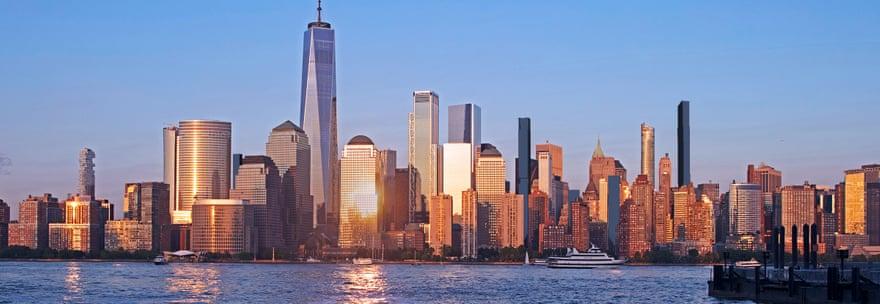 2022: Στα 18 χρόνια του 21ου αιώνα χτίστηκαν πολλά καινούργια πολυώροφα κτίρια στο Μανχάταν, και ο κατασκευαστικός οργασμός αναμένεται να συνεχιστεί – μάλιστα η τάση είναι να χτιστούν ακόμη πιο λεπτά στη γραμμή τους κτίρια (γκρίζο οικοδόμημα, δεξιά) τα οποία θα «σκαρφαλώνουν» σε όλο και μεγαλύτερα ύψη