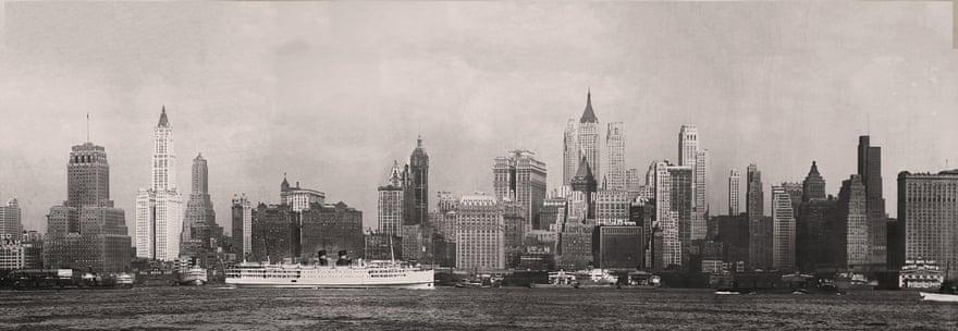 1932: Το Μανχάταν φωτογραφημένο από το Νιου Τζέρσι. Μεταξύ του 1916 και του 1960 ένα «δάσος» υψηλότατων «πύργων» (μεταξύ 50 και 71 ορόφων) υψώθηκε γύρω από την Wall Street, ανεβάζοντας στα ύψη και τις αξίες των οικοπέδων