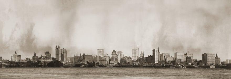 1902: Οι πολυώροφες κατασκευές σηκώθηκαν στον ουρανό του Μανχάταν μετά το 1890, όταν το New York World Building απέκτησε ύψος 309 ποδιών (94,18 μέτρων). Από το 1893 ανεγέρθηκαν νέα οικοδομήματα, έτσι το 1900 υπήρχαν 252 δεκαώροφες κατασκευές ή και ακόμη υψηλότερες. Το πιο ψηλό οικοδόμημα ήταν το Park Row Building, ένας «πύργος» που έφθανε στα 119 μέτρα
