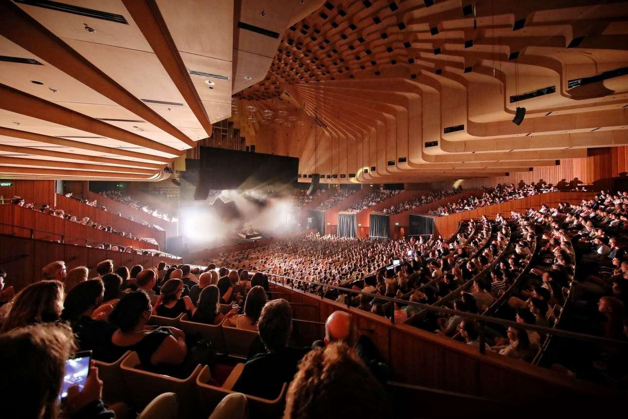 Το εντυπωσιακό εσωτερικό του κτιρίου. Οταν η Συμφωνική Ορχήστρα του Σίδνεϊ βρίσκεται πάνω στη σκηνή, η θερμοκρασία πρέπει να είναι 22,5 βαθμοί Κελσίου, ώστε να διασφαλιστεί πως τα όργανα θα παραμείνουν κουρδισμένα. Η θερμοκρασία και η υγρασία είναι εξαιρετικής σημασίας για τα μουσικά όργανα