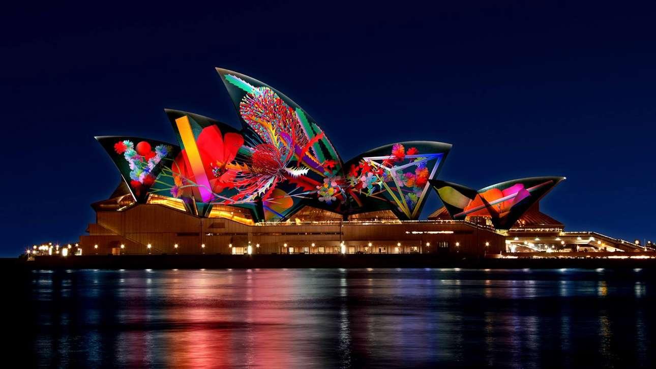 Φαντασμαγορικές προβολές φωτίζουν την εξωτερική όψη του κτιρίου, ως μέρος του φεστιβάλ Vivid το οποίο λαμβάνει χώρα κάθε χειμώνα και τοποθετεί γλυπτά φωτός και εγκαταστάσεις μέσα στην πόλη