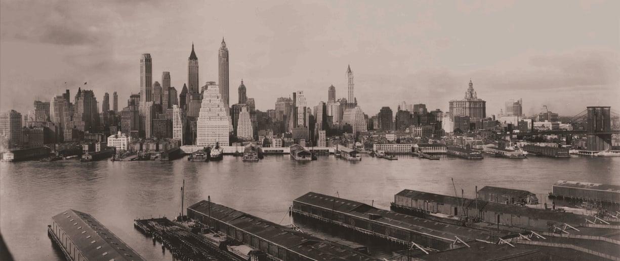 1931: Το Μανχάταν φωτογραφημένο από το Μπρούκλιν. Το Woolworth Building παρέμενε το υψηλότερο κτίριο γραφείων έως ότου ολοκληρώθηκαν τα κτίρια Chrysler και Empire State, το 1929 και το 1931 αντιστοίχως