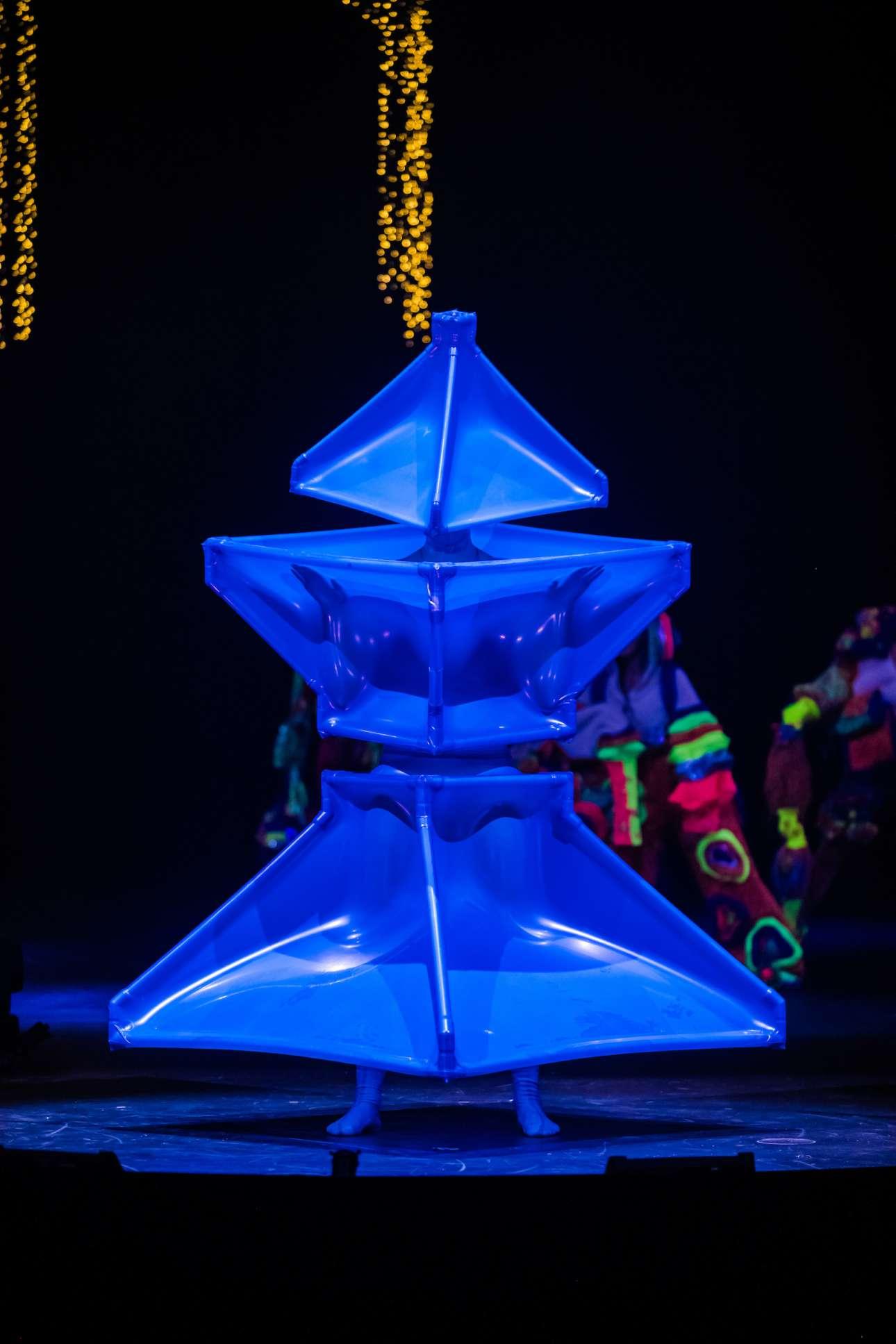 Ο Βρετανός Ανταμ Μακαλάβεϊ δημιουργεί το ένδυμα «Μπλε αστέρι» για να εκφράσει πώς νιώθει όταν κοιτάζει τον έναστρο ουρανό και κερδίζει το διεθνές βραβείο του διαγωνισμού